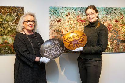 Annikki ja Jorma Riekko lahjoittivat omaisuutensa kemiläiselle kulttuurille – satumaisen värikäs posliinitaide tulee pysyvästi esille