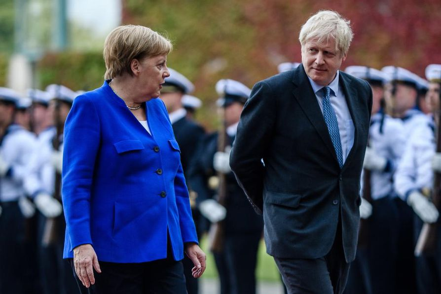 Tiistaina Britannian pääministeri Boris Johnson (oik.) tapasi Saksan liittokanslerin Angela Merkelin Berliinissä. Tänään ovat vuorossa neuvottelut Ranskan presidentin Emmanuel Macronin kanssa Pariisissa.