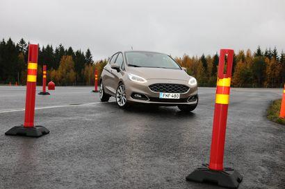 Hidasautolaki kumotaan – EU-komissio ei antanut Suomelle poikkeuslupaa kuuttakymppiä kulkeville autoille, joiden rattiin olisi päästetty jo 15-vuotiaana