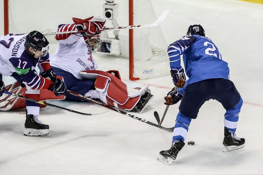 epa07579458 Niko Ojamaki of Finland (R) in action against Mark Richardson of Great Britain (L) during the IIHF World Championship group A ice hockey match between Finland and Great Britain at the Steel Arena in Kosice, Slovakia, 17 May 2019.  EPA/MARTIN DIVISEK
