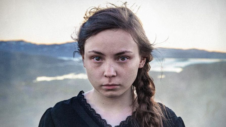 Elle Marja (Lene Cecilia Sparrok) käy saamelaista koulua, mutta hän kuitenkin unelmoi elämästä toisaalla. Oman identiteetin vaihto osoittautuu vaikeammaksi kuin hän uskoikaan.