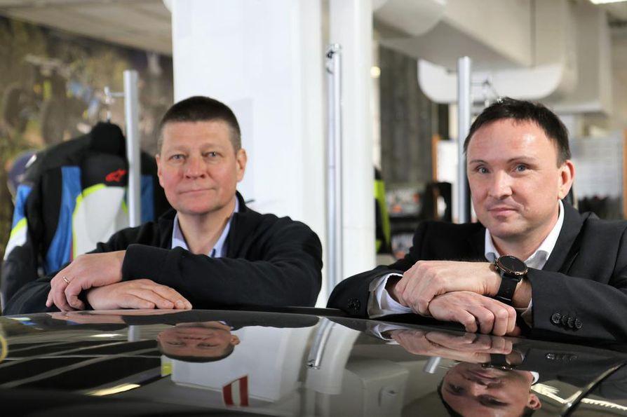 Tomi Kinnunen (vas.) ja Ulf Lemström puolustavat nykyisiä mopoautoja, joissa turvallisuus ja suorituskyky ovat nuorison kannalta tasapainossa. Valtaosa mopoauto-onnettomuuksista on lieviä.