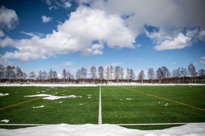 Kuusamossa aloitetaan jalkapallon pienryhmäharjoittelu ensi viikolla, jos kentältä vaan löytyy riittävästi sulia läikkiä – ja näyttäähän niitä löytyvän, sillä kola on heilunut