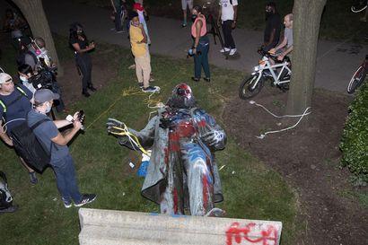 """Mielenosoittajat kaatoivat etelävaltioiden kenraalin patsaan Washingtonissa – Trump: """"Nämä ihmiset pitäisi pidättää heti"""""""