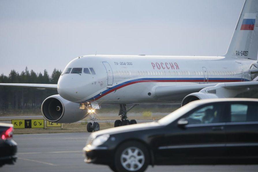 Venäjän pääministeri Dmitri Medvedev saapuu Ouluun perjantaina. Arkistokuva Oulun lentokentältä viime vuoden lokakuulta, jolloin Venäjän ulkoministeri Sergei Lavrov vieraili Oulussa.