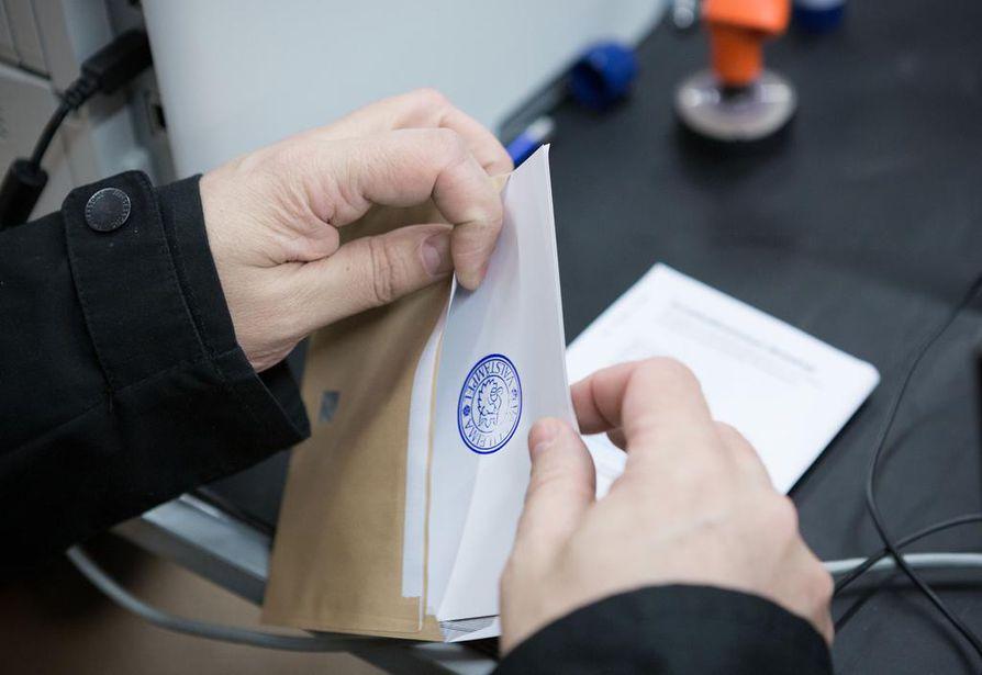 Äänestyskopissa kävi 5,6 prosenttia kaikista äänioikeutetuista ensimmäisenä ennakkoäänestyspäivänä.