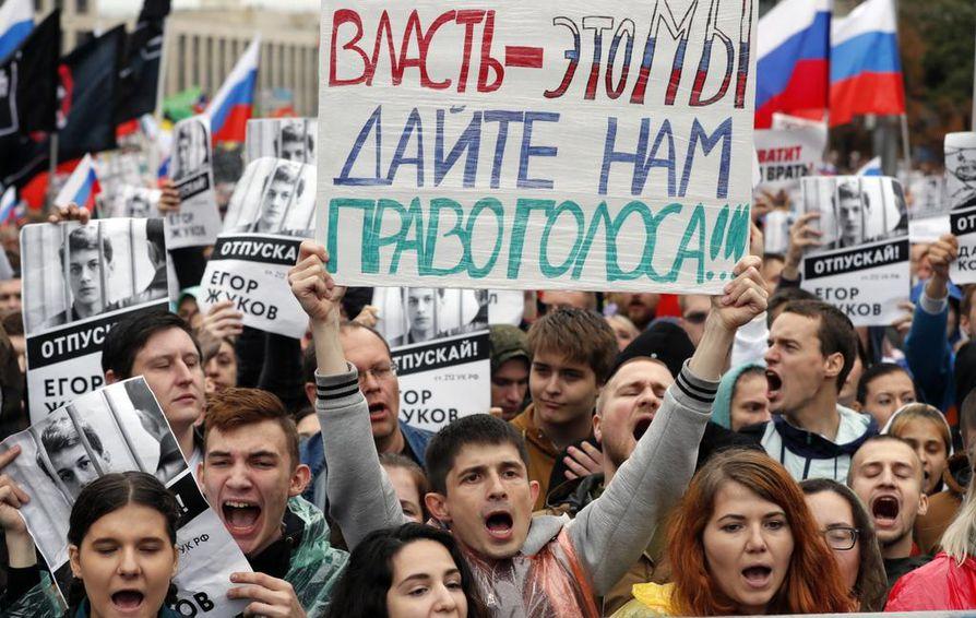 """""""Vallanpitäjät – me täällä! Antakaa meille äänioikeus"""", liberaalin opposition kannattajat vaativat lauantaina Moskovassa. Oppositiopuolueiden ehdokkaita ei ole rekisteröity 8. syyskuuta pidettäviin kaupunginneuvoston vaaleihin."""