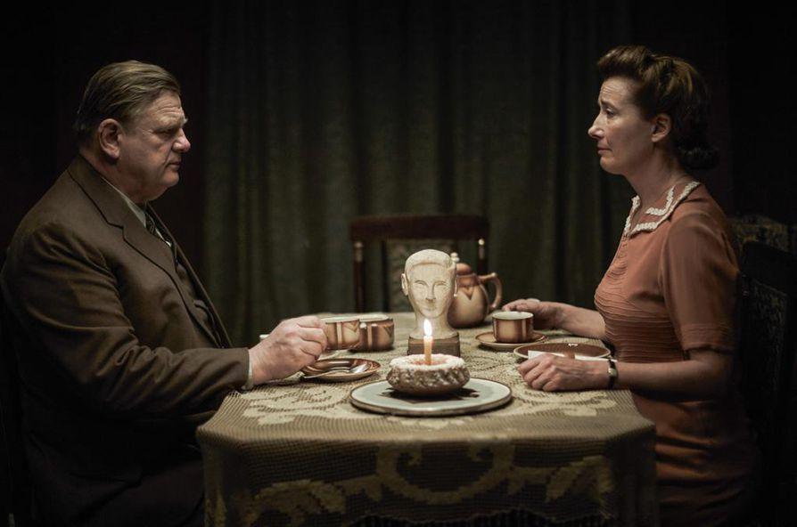 Yksin Berliinissä perustuu tosipohjaiseen romaaniin. Hitlerin-vastaista propagandaa levittävät Brendan Gleeson ja Emma Thompson.