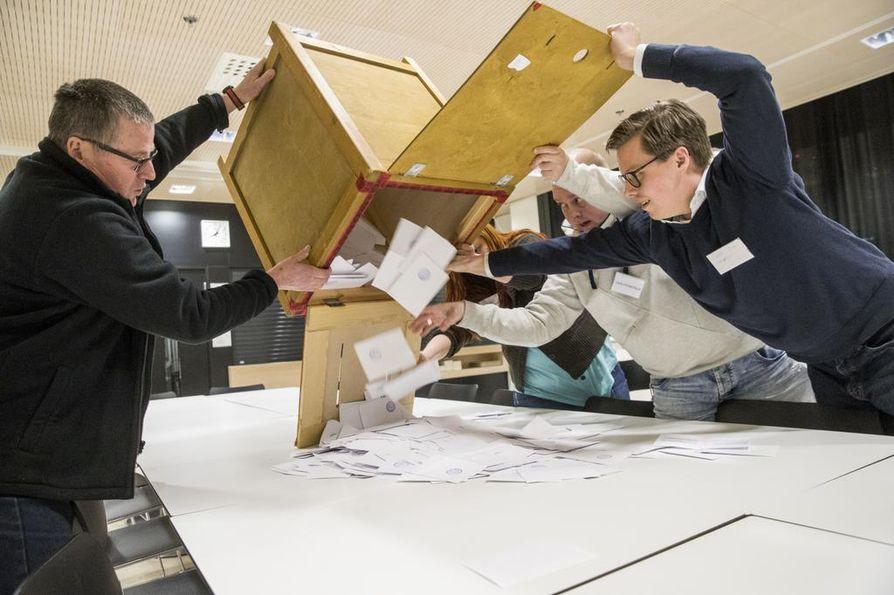 Ääntenlasku alkoi heti Oulun ympäristötalon äänestyspaikalla. Laatikkosta ääniä kaatamassa vaalilautakunnan jäsenet Jouni Petäjäaho (vas.), Niina Jääskeläinen, Petri Salo ja Tuomas Aarni.