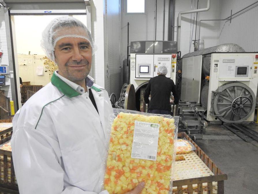 Feelian toimitusjohtaja Jukka Ojalalla on kädessään keittopohja, joka säilyy jääkappilämpötilassa puolisen vuotta.