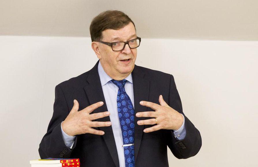 Väyrysen presidentinvaalikampanjan päällikkö Seppo Hauta-aho sanoo, että väitetyissä väärinkäytöksissä on ilmeisesti kyse 38 000 eurosta, jotka Väyrynen olisi siirtänyt Suomen linjatukiyhdistykseltään kansalaispuolueelle lainana.