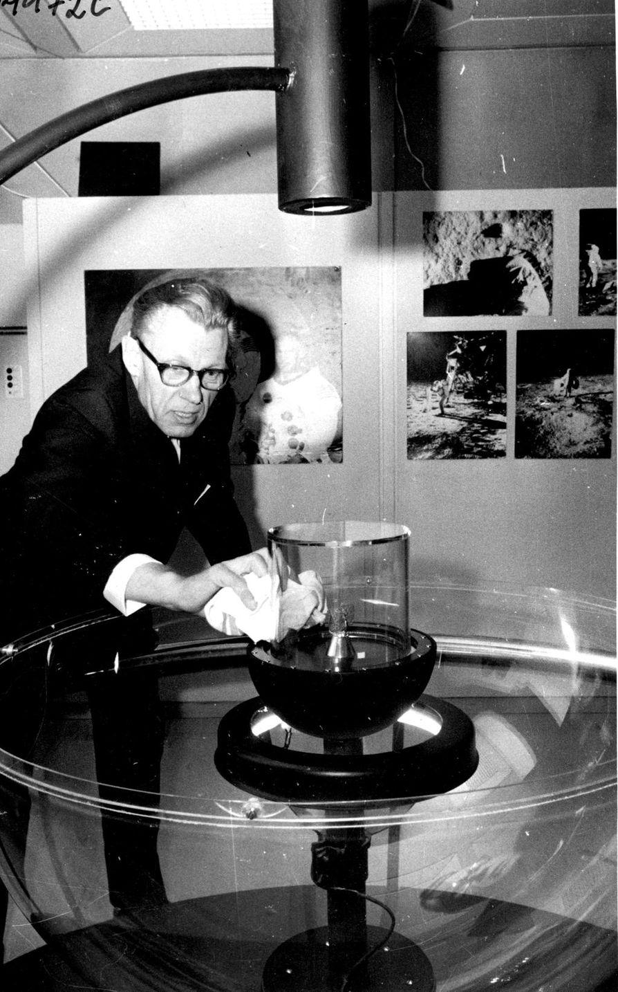 Lehdistöattasea Piltti Heiskanen pyyhki pölyjä kuukiveä ympäröivästä lieriöstä vielä hetki ennen kutsuvierastilaisuuden alkua.
