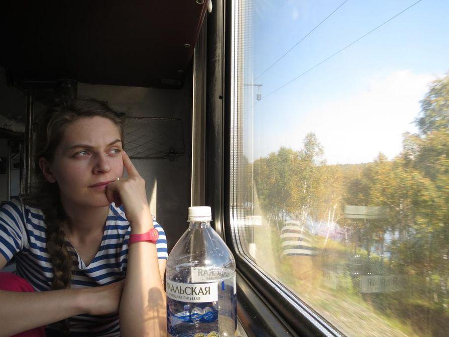 Anna-Sofia Sysser katselee Trans-Siperian junan ikkunasta maisemia, jotka näyttävät suomalaiseen silmään yllättävänkin tutuilta.