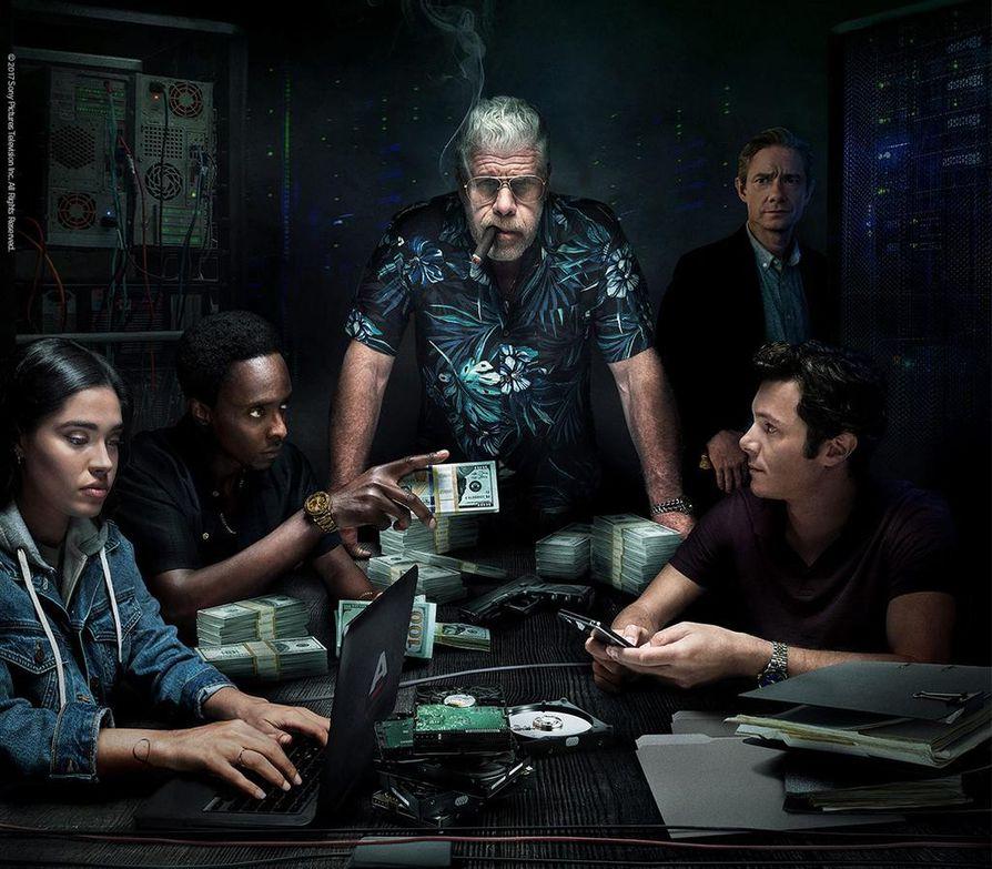 Wes Chandler (Ron Perlman) pohtii joukkonsa kanssa kolmannen kauden alussa, riittävätkö rahat firman tarpeisiin.