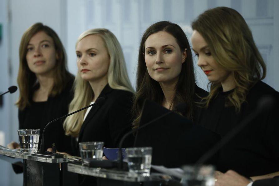 Pääministeri, sdp:n Sanna Marin (toinen oikealta) piti tiedotustilaisuuden yhdessä hallituspuolueiden puheenjohtajien kanssa. Vasemmalla opetusministeri Li Andersson (vas.), Maria Ohisalo (vihr.) sekä Katri Kulmuni (kesk.).