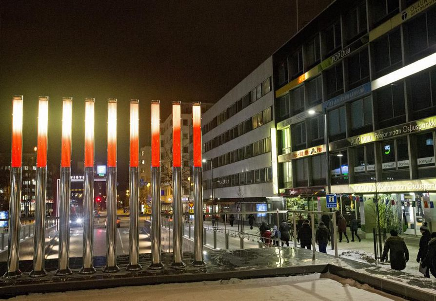 Tapio Roseniuksen Ambient-valotaideteoksessa on yhdeksän valopylvästä, jotka näyttävät valoa, värejä ja kuvia.