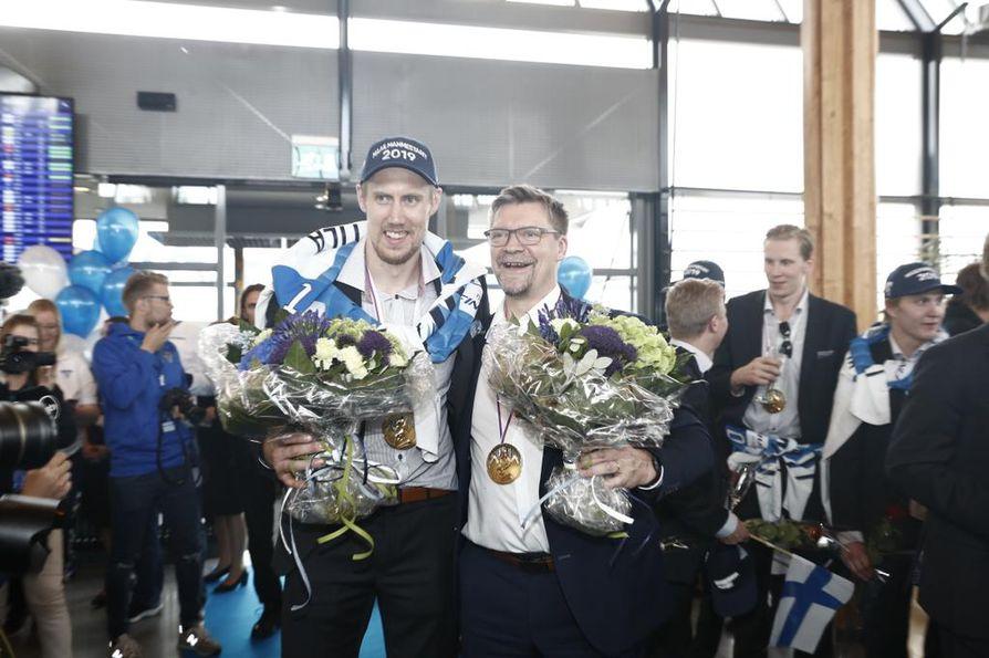 Leijonien päävalmentaja Jukka Jalonen ja kapteeni Marko Anttila kukitettiin terminaalissa.