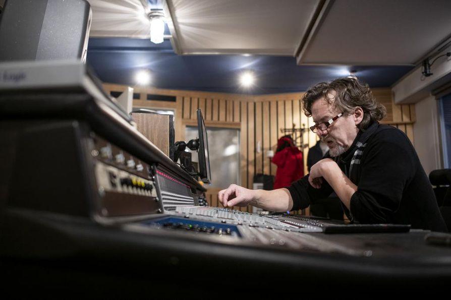 Äänitarkkaamossa äänittäjä Hannu Perälä antaa tarvittaessa studioon ohjeita kitaristi Varre Vartiaisen bändille, joka oli soittamassa Yleisradion jazzosastolle kantanauhoja.