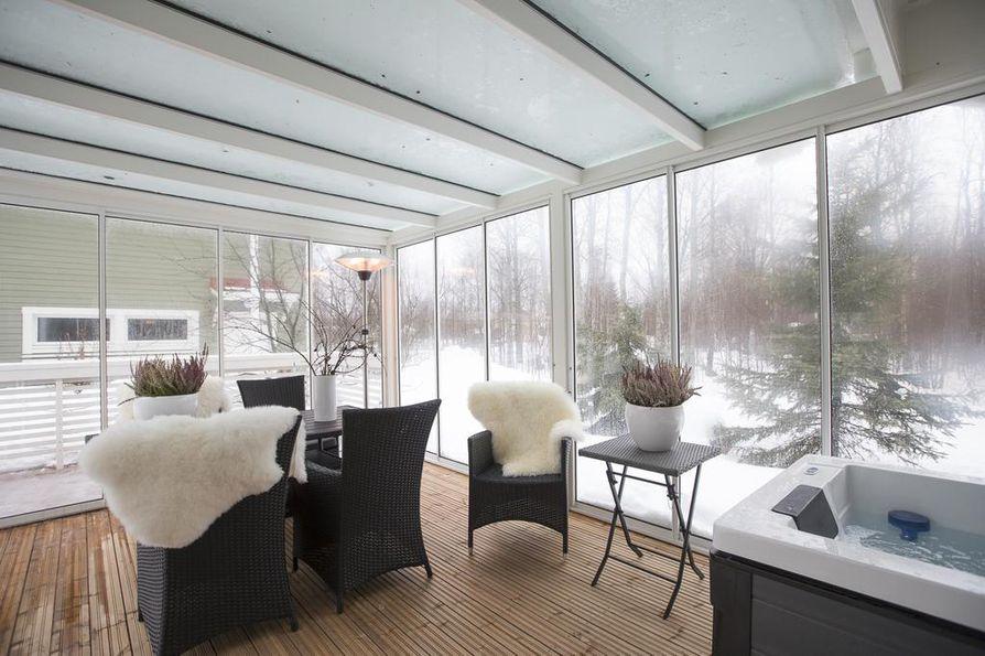 Vuosi sitten taloon rakennutettiin 20-neliöinen täysin lasitettu terassi. Sen kruunaa poreamme.