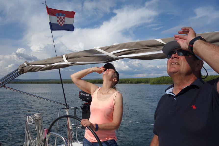 Eeva-Liisa Lejon ja opettaja Jaakko Saatsi tähyilevät maston huipun tuuliviiriä. Kurssiveneen masto on 15 metriä korkea, ja purjeilla on pinta-alaa reilut 100 neliömetriä.