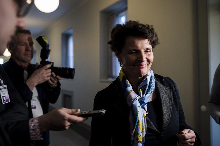 Liikenne- ja viestintäministeri Anne Berner (kesk.) oli torstaina eduskunnassa erityisen mielenkiinnon kohteena hänen ruotsalaispankin hallituksen jäsenyytensä synnyttämän kohun vuoksi.