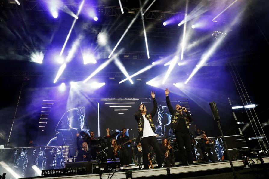 Sekä Elastinen että Cheek esittivät molemmat ristiin ja yhdessä toistensa tunnettuja kappaleita.