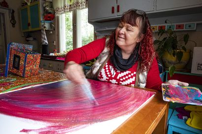 """Ylitorniolaislähtöisen Paula Huhtasen pää oli melkein liian täynnä kuvia, mutta hän oivalsi, että ne ovat lahja: """"Toivon, että voin teoksillani välittää iloismia muillekin"""""""