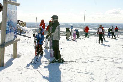 """""""Tunturi on täynnä väkeä"""" – pohjoisen hiihtokeskuksissa on kävijöitä tällä hetkellä jopa enemmän kuin ennen korona-aikaa"""