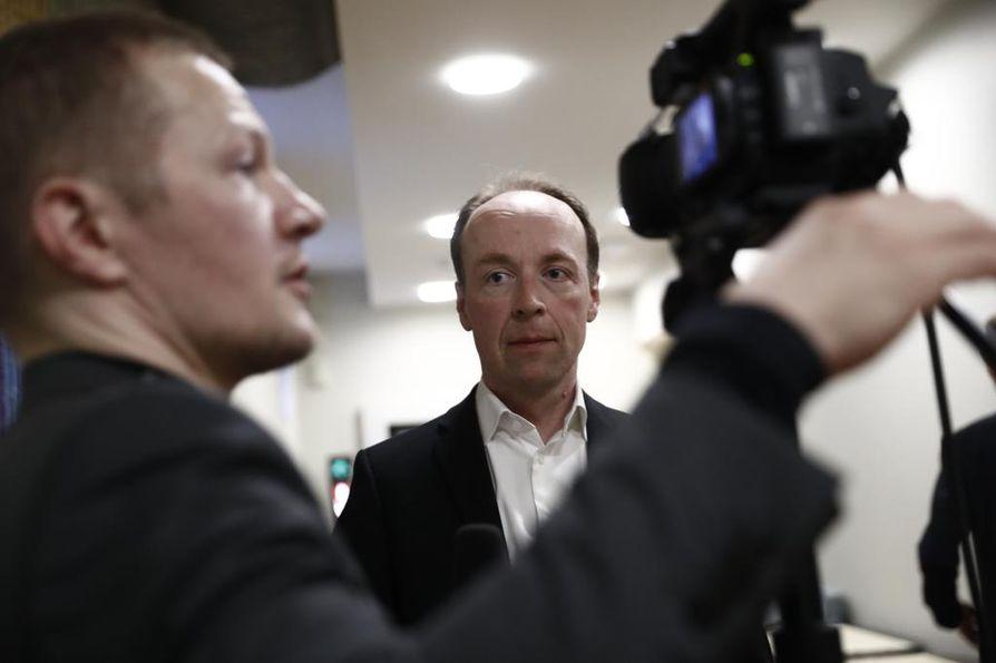 Jussi Halla-aho arvelee, että kokoomuksella on suurempia vaikeuksia orientoitua oppositiotyöskentelyyn kuin perussuomalaisilla.