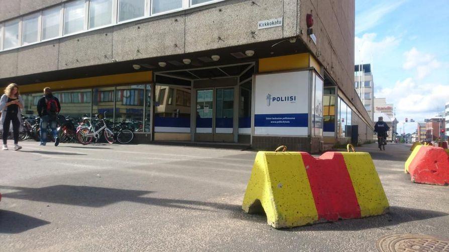 Niin sanottuun Hovihallin kortteliin on vuosia kaavailtu uusia rakennuksia. Kuvassa betoniporsaat Oulun keskustan poliisiaseman edustalla Saaristonkadun ja Kirkkokadun kulmassa. Poliisin käyttämissä tiloissa toimi aiemmin S-market.