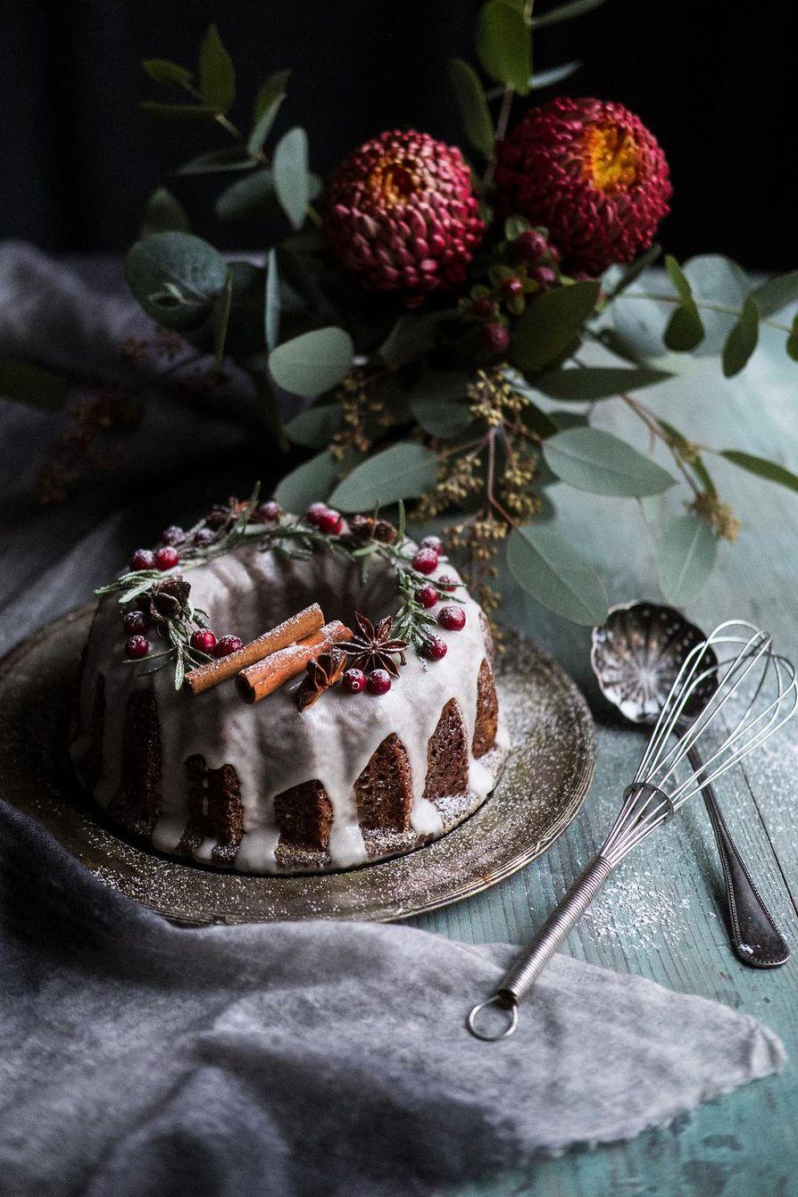 Mausteinen kakku koristellaan tietenkin mausteilla: kanelitangoilla, rosmariininoksilla ja tähtianiksilla. Nouki ne ennen syömistä kakun päältä.