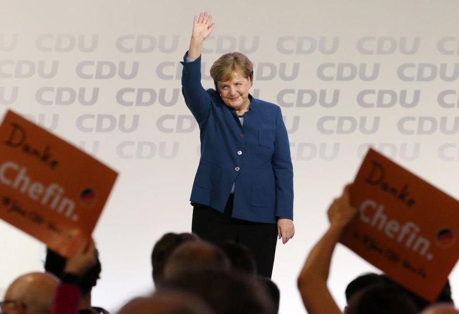 Angela Merkel tervehti puoluekokousedustajia perjantaina puheensa jälkeen. Saksan kristillisdemokraatit ovat kokoontuneet Hampuriin valitsemaan puolueelleen uutta veturia 18 vuotta hallinneen Merkelin jälkeen.