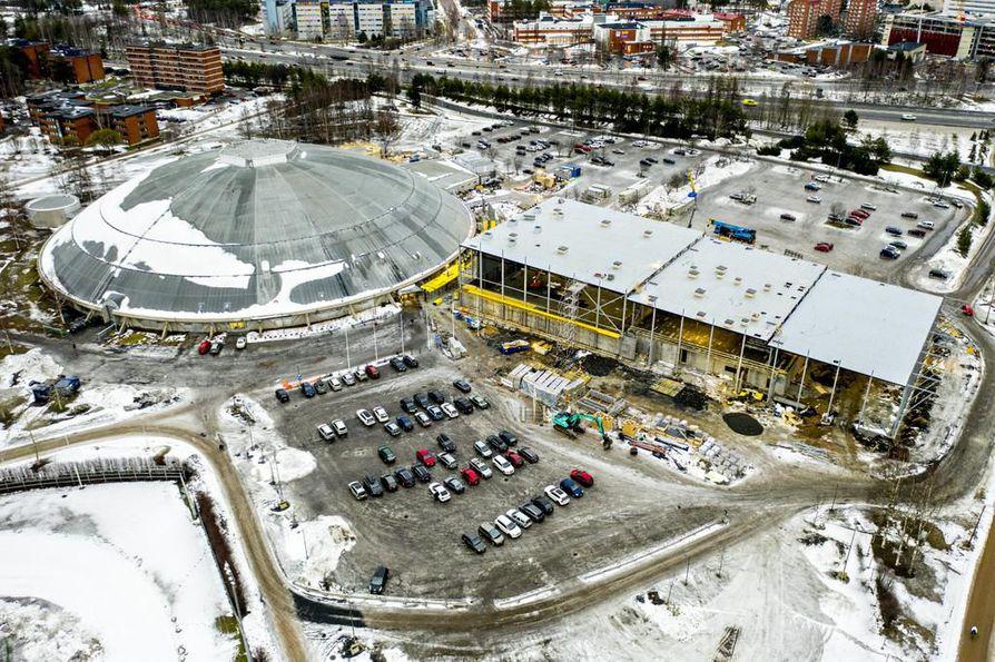 Messuaukion parkkipaikka on ollut talven mittaan sekaisin. Ouluhalliin pääsee nyt sisään vain tältä puolelta.