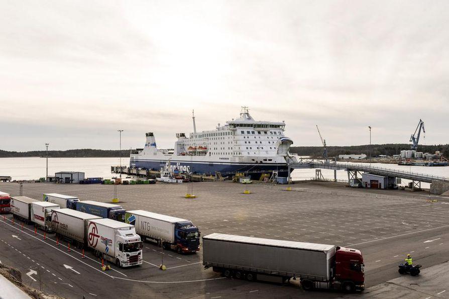 Suomen lipun alla kulkeviin aluksiin ei oteta tällä hetkellä rekkoja. Finnlines (kuvassa) on jättänyt toisen Ruotsiin likennöivän aluksensa satamaan. Samoin on tehnyt Eckerö Line Viron-linjallaan.
