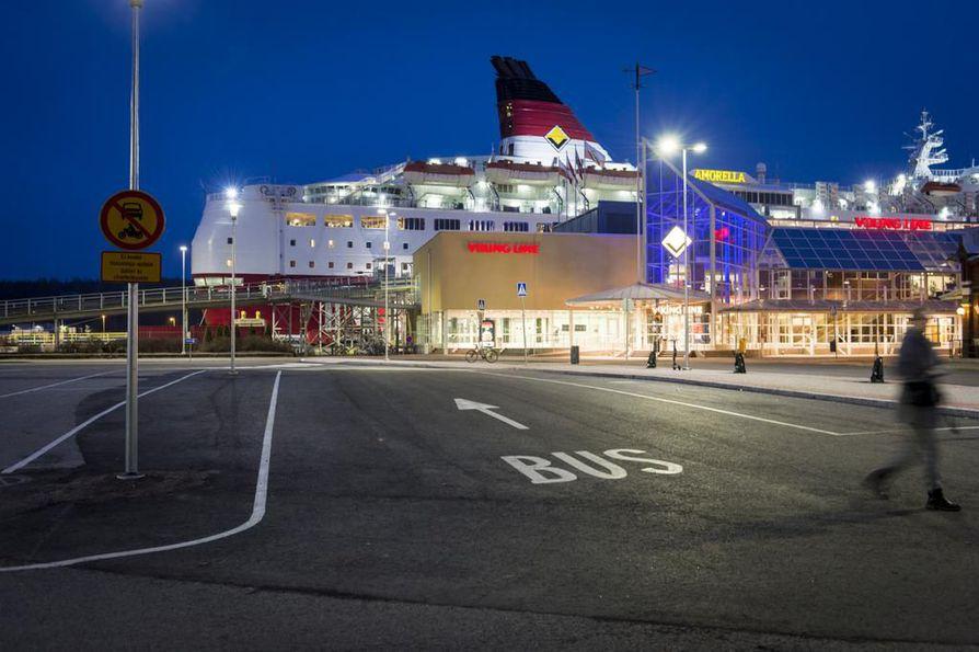Postilakon tukilakot pysäyttivät maanantaina Suomen lipun alla kulkevan matkustajalaivaliikenteen. Kuvassa on Viking Linen laiva Turun satamassa.