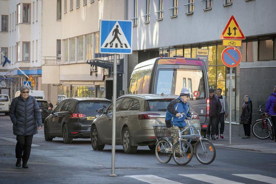 Autoilijat seikkailevat ajoradan molemmin puolin ja pyöräilijät pakkaavat väistämään jalankulkijoiden keskelle.