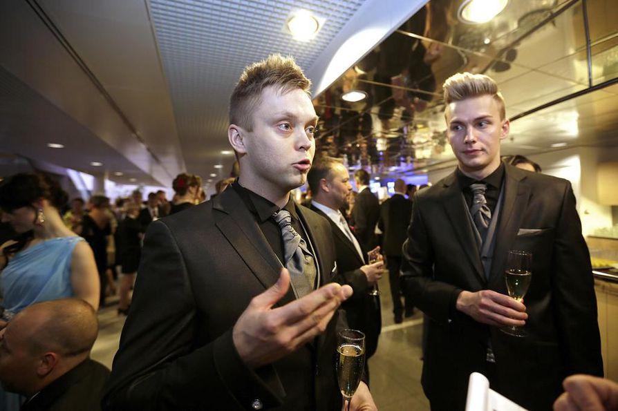 Ylivieskalainen ravintoloitsija Jari Ruonakoski tuli itsenäisyyspäivän juhliin puolisonsa Juha-Matti Timlinin kanssa.
