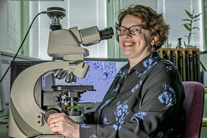"""""""Omassa jaksamisessa auttaa huumorin harjoittaminen"""" – oululainen patologian erikoislääkäri Anne Ahtikoski hakee elokuvista vastapainoa tutkijan työlleen"""