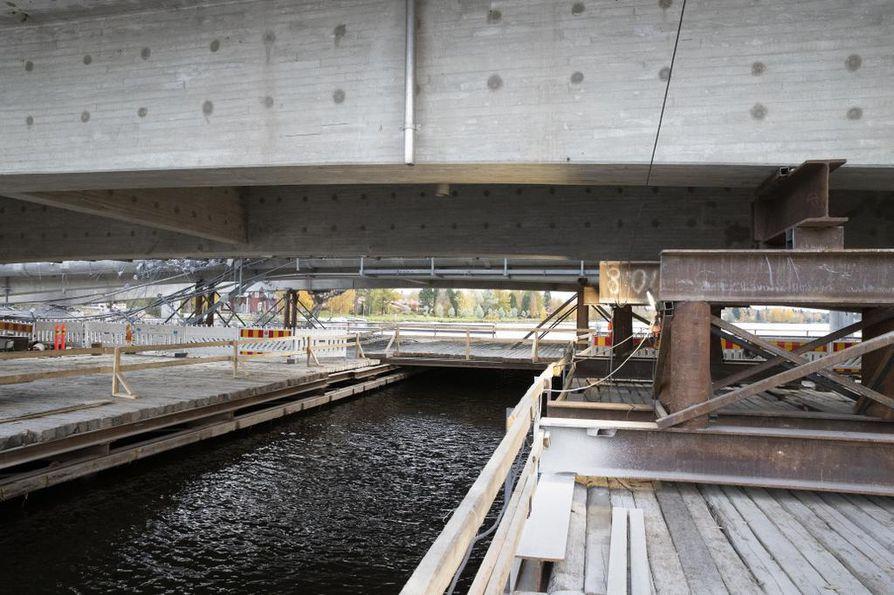Siltahankkeen pääurakoitsija Kreate Oy on rakentanut nykyisten siltojen alle 54 metriä leveän työsillan, jonka keskellä on valaistu kuusimetrinen veneaukko.