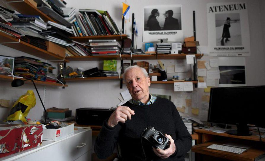 """Caj Bremerin ura lehtivalokuvaajana alkoi Hufvudstadsbladetissa 1952. """"Se oli ihmeellistä. Toimitus oli pitkän käytävän varrella, ja kaikki tulivat heti sanomaan terveisiä minulle. Tiesin heti että tulen viihtymään. Olin kaivannut seuraa ja sitä että pääsisin ulos kuvaamaan."""""""