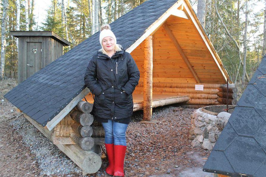 Virpi Ruotsalaisen yritys tarjoaa ohjelmallisia tiimi- ja virkistyspäiviä sekä muun muassa  pienimuotoista erämajoitusta laavussa Vuohtojoen rannassa.