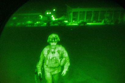 """Biden: """"20 vuoden sotilaallinen läsnäolomme Afganistanissa on päättynyt"""" – Yhdysvaltain viimeinen kuljetuskone lähti maasta, Taleban juhli joukkojen lähtöä"""