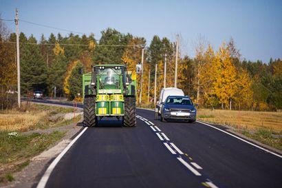 Maanviljelijä arvostelee: Siikajoentiestä tullut vaarallisen kapea traktoreille ja rekoille