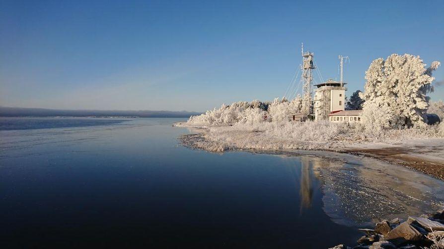 Rantojen läheisyydessä jäätä on paikoin muutamia senttejä, mutta vieressä voi Merivartioston mukaan olla sulia paikkoja.