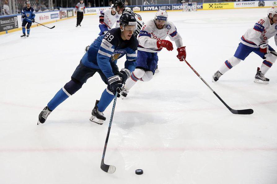 """Jesse Puljujärvi (kuvassa) pelaa illan ottelussa """"kärppäketjussa"""" Sebastian Ahon ja Mika Pyörälän kanssa."""