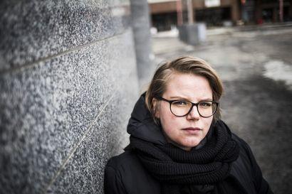 Lomautettava ammattikokki Mira Mäkelä pelkää, että hän jää opintojensa takia ilman lomautusajan turvaa – ammattiliitto ei voi tehdä mitään