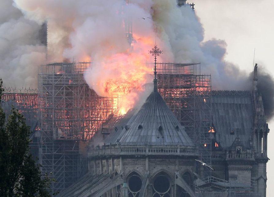 Tuli tuhosi katon, ja yksi kirkon torneista romahti. Notre Dame on yksi Pariisin maamerkeistä ja suosituimmista turistikohteista.