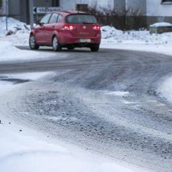 """Poikkeuksellinen talvi laski yksityisautoilijoiden tyytyväisyyttä teiden talvihoitoon Pohjois-Pohjanmaalla –""""Tuollaista kaksijakoista talvea ei ole ollut miesmuistiin"""""""