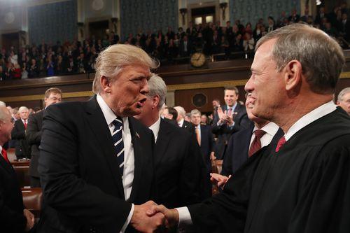 Trump ja korkeimman oikeuden puheenjohtaja arvostelivat toisiaan –