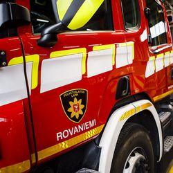 Henkilöauto suistui kyljelleen ojaan Sallassa – Kemijärventien pinta liukas onnettomuuspaikalla